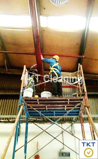 Vệ sinh quét bụi trần nhà xưởng, kho tại Long An