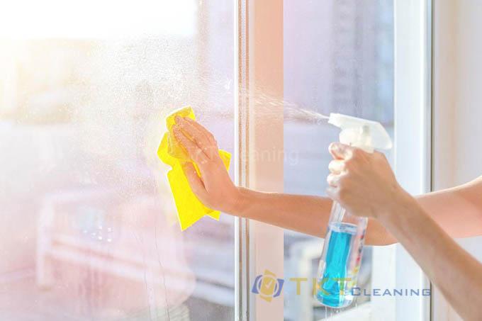 Làm sạch kính với nước lau kính