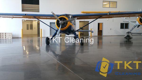 Đánh bóng nền bê tông tông xám triển lãm máy bay